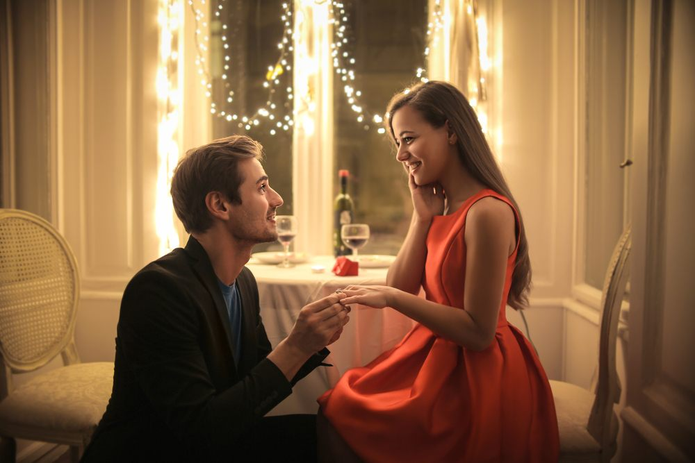 a man proposing girl before dinner time